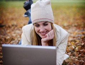 femme-avec-un-ordinateur